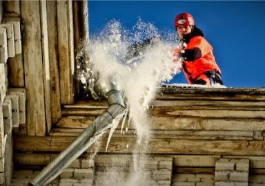 Очистка крыш от снега и сосулек в Черкассах